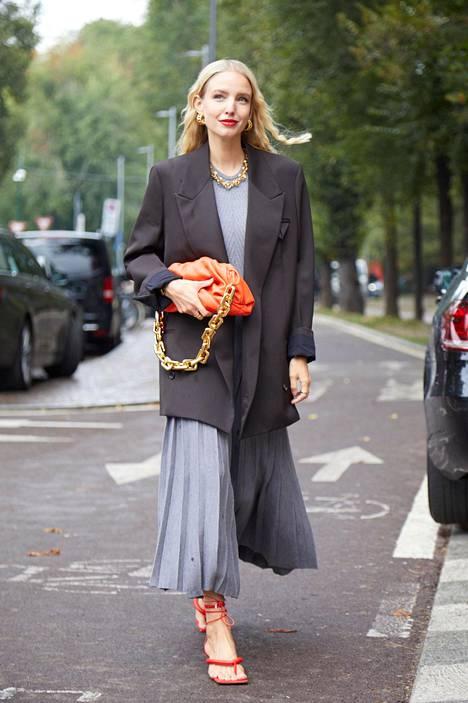 Ylisuuret ja maskuliiniset bleiserit kuuluvat ajanmukaiseen pukeutumiseen. Ne sopivat niin hame- ja mekko- kuin housutyyleihinkin.
