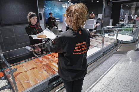 K-Citymarketin keräilijä Hanna Kähkönen kertoo, että verkkokaupan asiakkaille kerätään aina tuoreinta tavaraa – jopa suoraan kuormasta. Tuotteilla pitää olla vähintään neljä päivää myyntiaikaa.