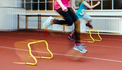 Liikuntalääkärin mukaan yleisurheilussa lapsi saa monipuolista harjoitusta ennen varsinaiseen lajiharjoitteluun siirtymistä.