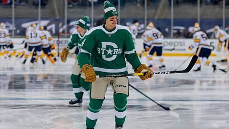 Miro Heiskanen pelasi Dallas Starsin retroasussa ulkoilmaottelussa uudenvuodenpäivänä 2020.