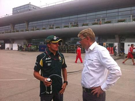 Kaksinkertainen maailmanmestari Mika Häkkinen (oik.) villitsi omalla urallaan suomalaiset. Heikki Kovalainen jutteli legendan kanssa vuonna 2011.