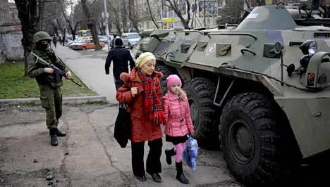 Venäläissotilas seisoi miehistönkuljetusvaunun vieressä Krimin Simferopolissa keskiviikkona.