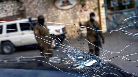 Luodinreiät presidentti Jovenel Moïsen käytössä olleen auton ikkunassa kuvattiin torstaina presidentin asunnon parkkipaikalla.