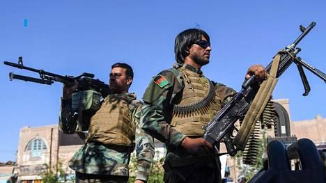 Aseistautuneet vartijat valvoivat moskeijaa Afganistanin Heratissa heinäkuun lopussa.