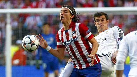Filipe (vas.) kamppailemassa pallosta Real Madridin Gareth Balen kanssa.