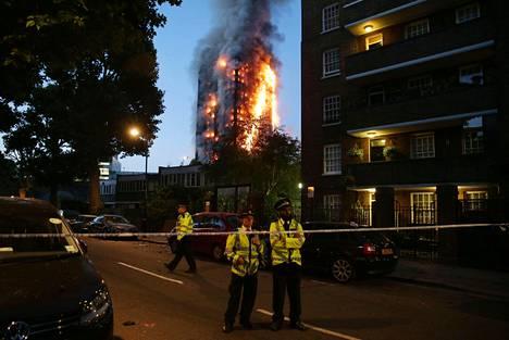 Tulipalo levisi parissa tunnissa Grenfell Tower- tornitalon ylimpiin kerroksiin.