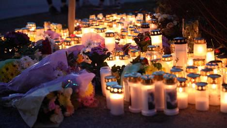 Alakouluikäinen lapsi kuoli perjantaina iltapäivällä jäätyään kuorma-auton alle Espoossa.