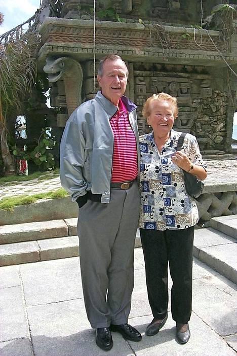 Nygård Cay -alueella Bahamalla ovat käyneet monet tunnetut henkilöt kuten aikoinaan Yhdysvaltain presidentti George Bush, joka tässä poseeraa Hilkka Nygårdin kanssa.