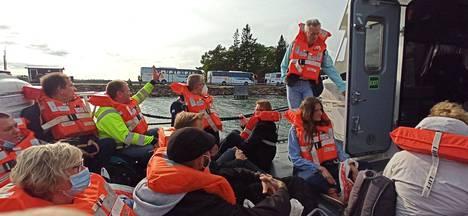 Amorellan henkilökunta oli tarkastanut, että kaikkien pelastusliivit oli puettu oikein ennen evakuointiveneeseen astumista.