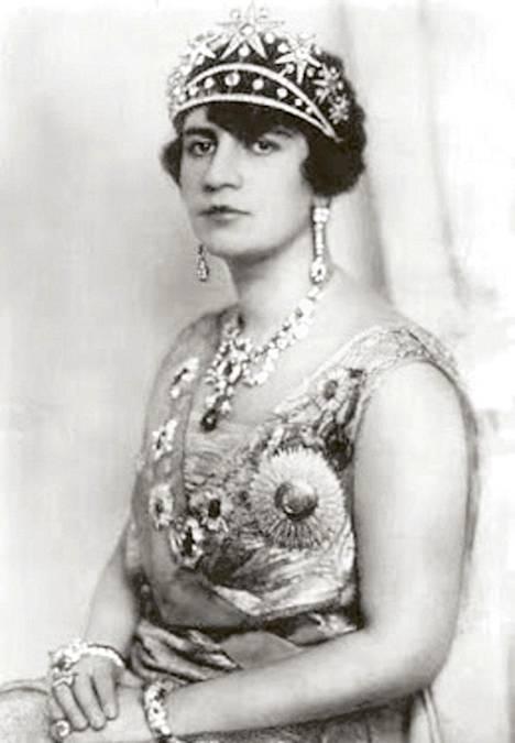Afganistanin kuningatar Soraja Tarzi (s. 1899) riisui julkisesti huntunsa ja siirsi maansa nykyaikaan, kunnes fundamentalistit nitistivät hänet.