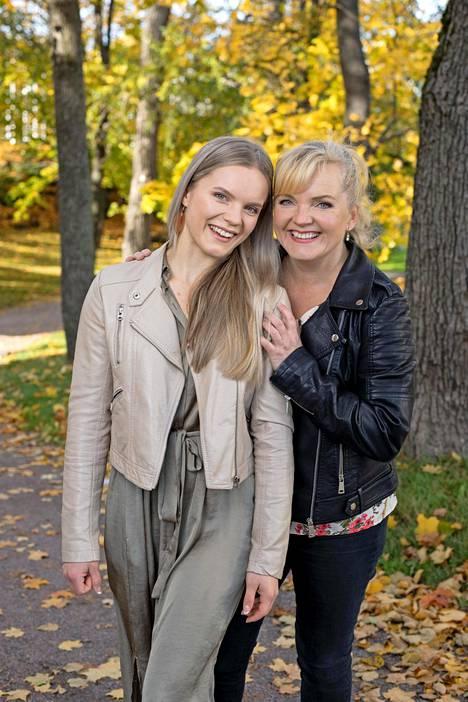 Ada Forsberg on päässyt kiertämään maailmaa sirkustaiteilijana. Nina Tapio on käynyt katsomassa tyttärensä esityksiä muun muassa Englannissa.