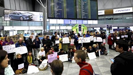 Mielenosoittajat vastustivat maanantaina lentoa, jolla palautettiin kielteisen turvapaikkapäätöksen saaneita Afganistaniin.