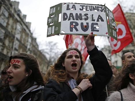 Opiskelijat Ranskan hallituksen työlakiuudistuksia vastustavassa mielenosoituksessa. Ranskassa järjestettiin keskiviikkona noin 140 mielenilmausta, ja valtaosa Pariisin junista pysähtyi lakon vuoksi.