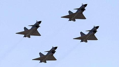 Kiina on lähettänyt kiistellylle merialueelle taistelulentokoneita. Kuvassa Kiinan J-10-hävittäjiä muodostelmalennossa.