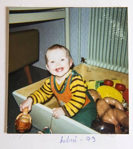 Yksivuotiaalla Helillä oli hymy herkässä helmikuussa 1979.