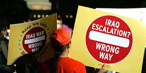 Yhdysvaltalainen mielenosoittaja vaatii muutosta maan politiikkaan Irakissa.