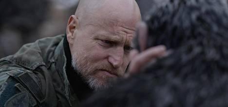 Woody Harrelson näyttelee Everstiä, joka johtaa vankileiriä armottomalla otteella.