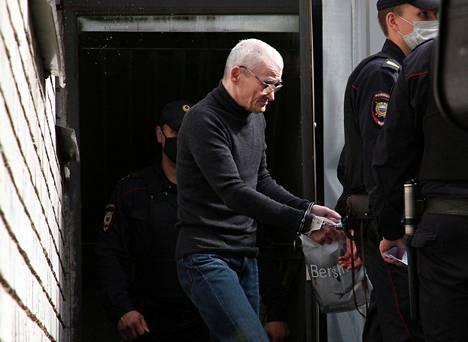 Juri Dmitrijeviä kuljetetaan takaisin vankilaan tuomion julistamisen jälkeen.