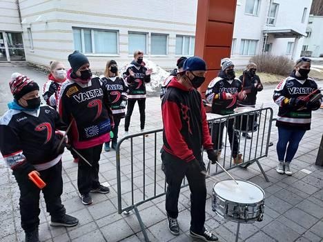JYPin uskollinen rumpuryhmä kannusti omiaan kauden viimeisessä ottelussa jäähallin ulkopuolella. Pelin jälkeen rumpuryhmä muisti JYP-uransa lopettaneita pelaajia pienellä lahjalla.