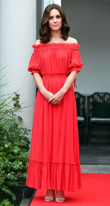 Punainen mekko ylsi nilkkoihin asti.