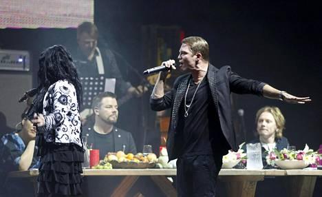 Kaija Koo ja Cheek Vain elämää -konsertissa joulukuussa 2012.