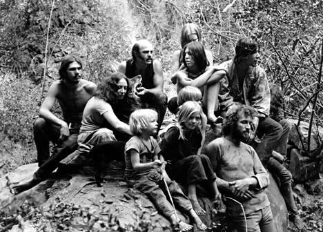 """Mansonin """"perheen"""" jäseniä. Kuva vuodelta 1973."""