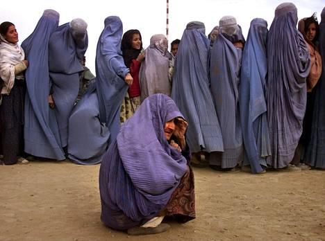 Ennen talibanhallintoa burkaa käytettiin Afganistanissa harvoin. Kuva joulukuulta 2001.