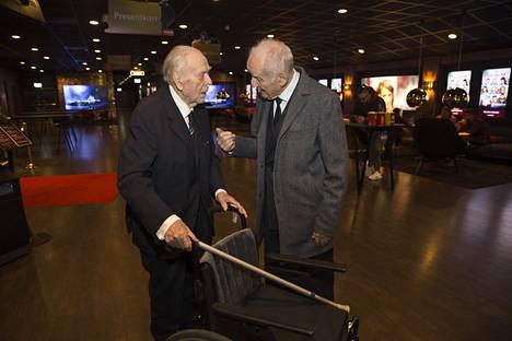 Virolainen vapaaehtoinen Evald Wiiburg (vas) ja ruotsalainen vapaaehtoinen Jan-Erik Kjellberg juttelivat elokuvan jälkeen.