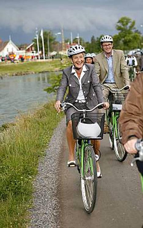 Pääministeri Matti Vanhanen ja naisystävänsä Sirkka Mertalan kanssa pyöräretkellä Borensbergissä Ruotsissa.