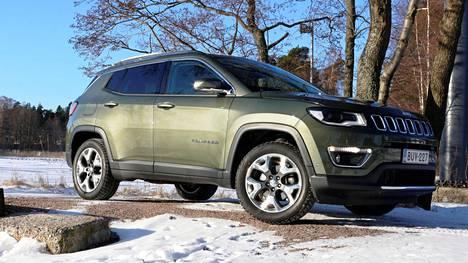 Crossover-luokkaan loksahtava Jeep Compass on kuin lievästi kutistettu versio isommasta Cherokeesta.
