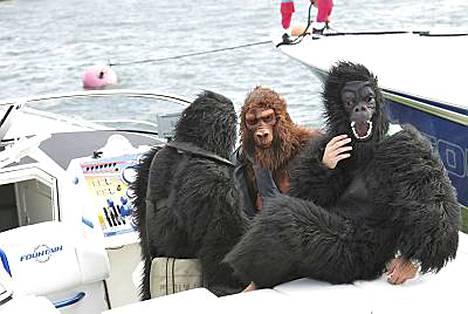 Kimi Räikkönen esiintyi ystäviensä kanssa gorilla-asuissa viime vuoden Poker Runissa Hangossa.