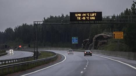 Tieliikenne on kilometrisuoritteena mitattuna hallitseva liikennemuoto Suomessa maitse tapahtuvassa henkilöliikenteessä. Tästä liikenteestä valtaosa on henkilöautoilua.