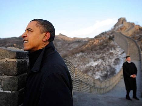 Barack Obama Kiinan muurilla.