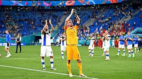 Suomen pelaajat kiittivät kannattajiaan Belgia-ottelun jälkeen.