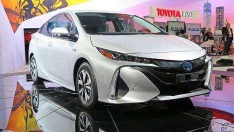 Uudessa Priuksessa Toyota haluaa tehdä aiempaa selkeämmän eron tavallisen hybridin ja lataushybridin välille.