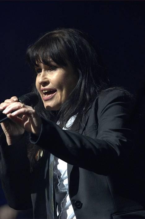 Tuula Amberla vuonna 2012 esiintymässä presidenttiehdokas Pekka Haaviston tukikonsertissa.