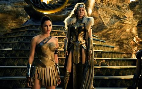 Amatsonien kotisaarella Themiscyralla varttunut Diana (Gal Gadot) oppii taistelutaitonsa Hippolytalta (Connie Nielsen).
