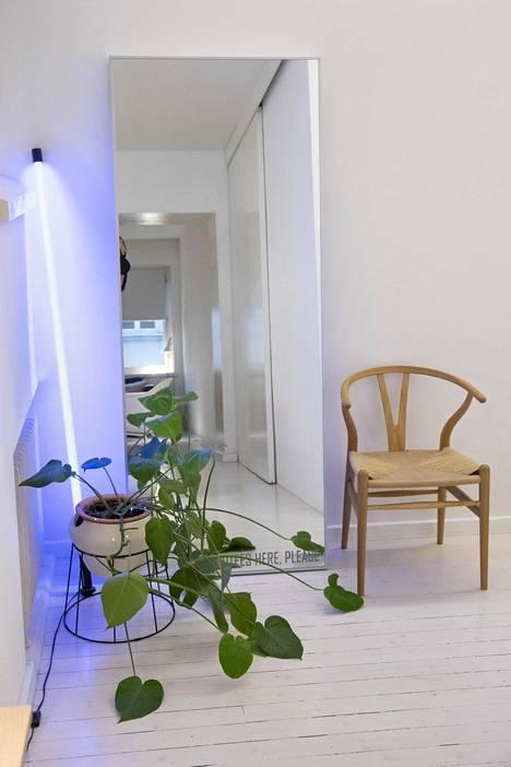 Eteisessä on Hans Wegnerin Y-tuoli.
