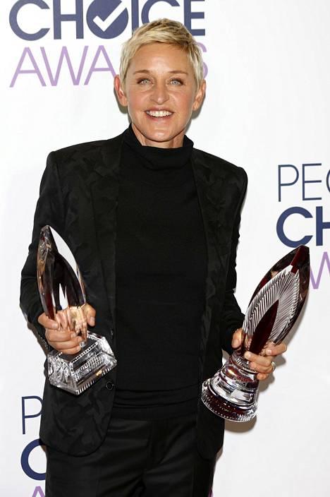 DeGeneres palkittiin humanitaarisesta työstään People's Choice Awards -gaalassa vuonna 2016.