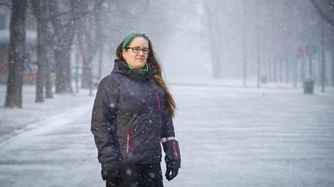 Ravintolan sulkeutumisen vuoksi lomautettu Mari Järvinen kävi haistelemassa Tampereen takatalvea Hämeenpuistossa.