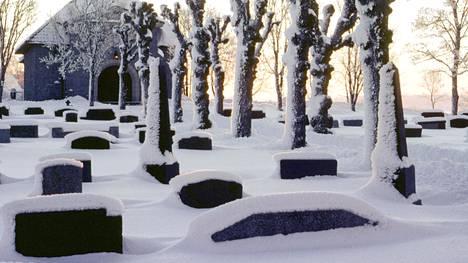 Arvioiden mukaan vuosina 1866–1869 Suomessa, joka kuului vielä tuolloin osaksi Venäjää, menetettiin kuolleina ja syntymättä jääneinä noin 150000 ihmistä. Kuvituskuva.