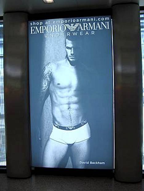 David Beckham komistaa Armanin mainosta...