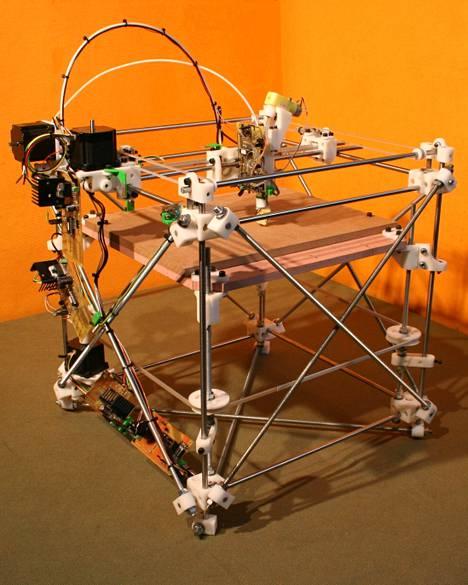 Prototyyppi RepRap Darwin -muovitulostimesta. Myös Pearcen metallitulostin nojaa RepRap-projektin avoimiin oppeihin.