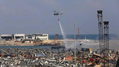Helikopteri sammutti palopesäkkeitä Beirutin satamassa keskiviikkona.