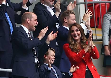 Prinssi George varasti huomion jalkapallon EM-kisojen katsomossa taannoin.