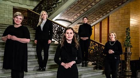Suomen hallitusviisikko asettui yhteiskuvaan hallituksen 1-vuotispäivänä 10. joulukuuta 2020. Vasemmalta oikealle Annika Saarikko, Maria Ohisalo, Sanna Marin, Li Andersson ja Anna-Maja Henriksson.