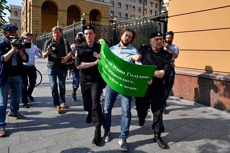 Poliisit ottivat useita ihmisiä kiinni perjantaina Moskovassa.
