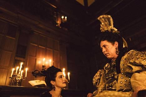 Historiallinen hovisatiiri The Favourite toi kuningatar Annea esittäneelle Olivia Colmanille (oik.) Oscar-palkinnon. Lady Sarahia elokuvassa näyttelee Rachel Weisz.
