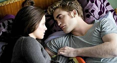 Stewart ja Pattinson valkokankaalla näyttelemässä rakastavaisia Bellaa ja Edwardia.