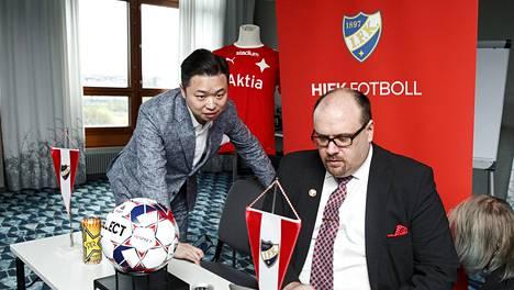 HIFK Fotboll AB:n pääomistaja Lucas Chang Jin (vas.) ja hallituksen puheenjohtaja Christoffer Perret HIFK:n lehdistötilaisuudessa 14. toukokuuta 2019.